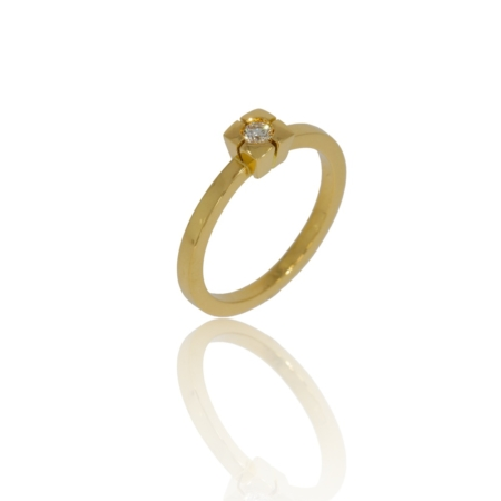Solitaire diamond gold ring in a modified hammer setting