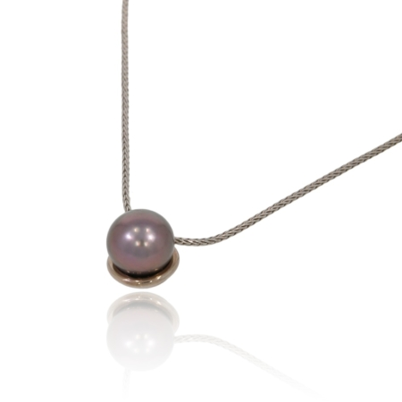 Tahiti pearl pendant in white gold.