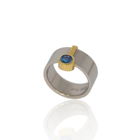 Polished Ceylon blue sapphire platinum ring with gold decor.