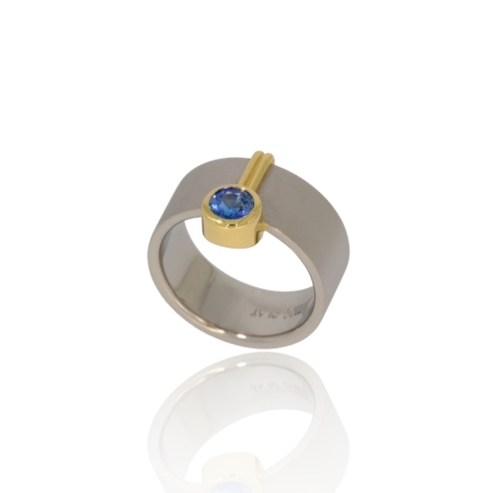 Frosted Ceylon blue sapphire platinum ring with gold decor