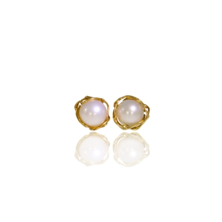 Pearl stud earrings in an 18ct golden nest